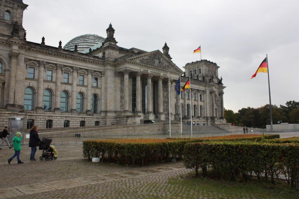 Berliner Reichstag bei Bewölkung