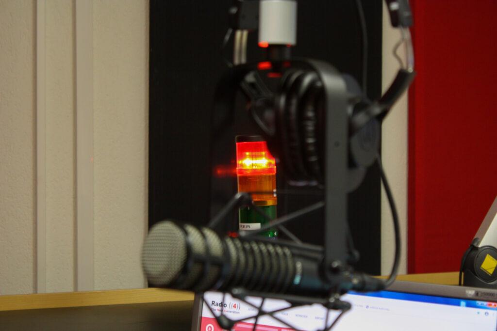 Ein Mikrofon im Radio4TNG - Studio - onAir während einer Sendung
